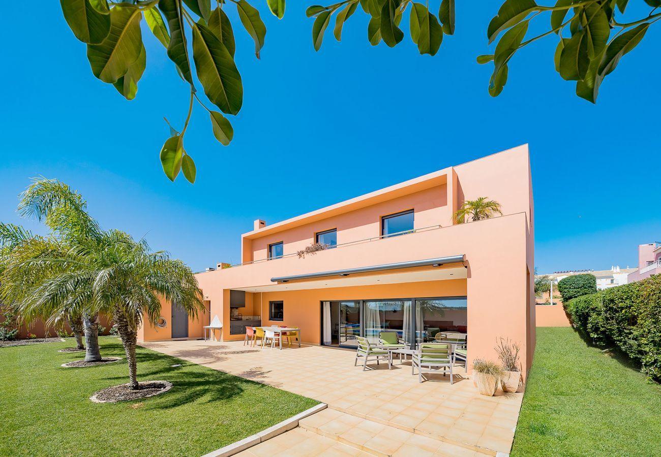 Villa em Lagos - Vivenda   Internet Alta Velocidade   Ar Condicionado   Piscina Privada [pode ser aquecida]   Jardim   Perto da Praia e do Centro [RLAG44]