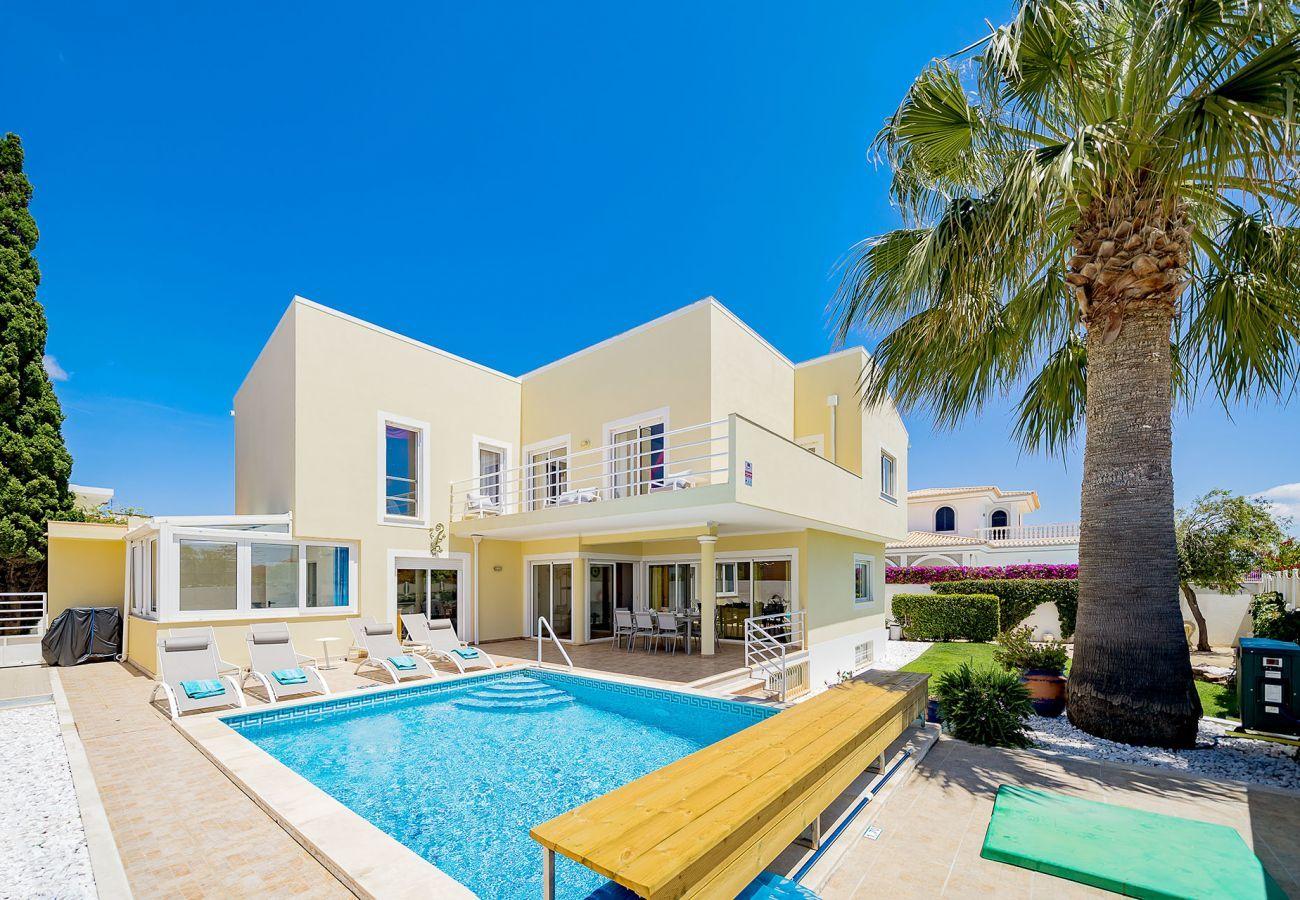 Villa em Lagos - Vivenda | Vista Mar | Perto da Praia | Internet de Alta Velocidade | Ar Condicionado | Piscina Privada [pode ser aquecida] | Jardim  [RLAG95]